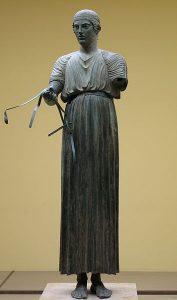 Woźnica z Delf jest ubrany w chiton. Posąg pochodzi z V w p.n.e. przykład tkaniny z lnu