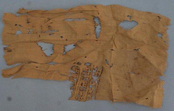 Fragment lnianego płótna z hieroglificznym tekstem
