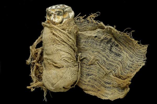 Uszebti z grobowca Ahhotepa owinięta bandażem lnianym 3550 l p.n.e