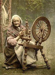 Kobieta pracująca na kołowrotku, fot. WikiImages (Pixabay)
